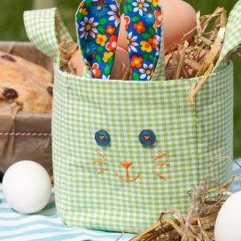 Paasmandje met eieren in de vorm van een konijn. Zelfmaakplan van Landleven.