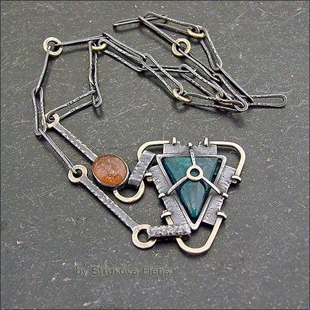 Небольшое лаконичное ожерелье с апатитом и солнечным камнем.