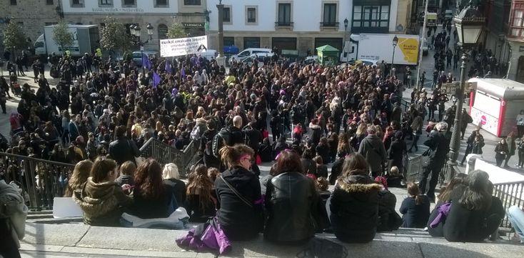 marea negra y violeta, 8 de marzo en la plaza MIguel Unamuno (casco viejo de Bilbao)