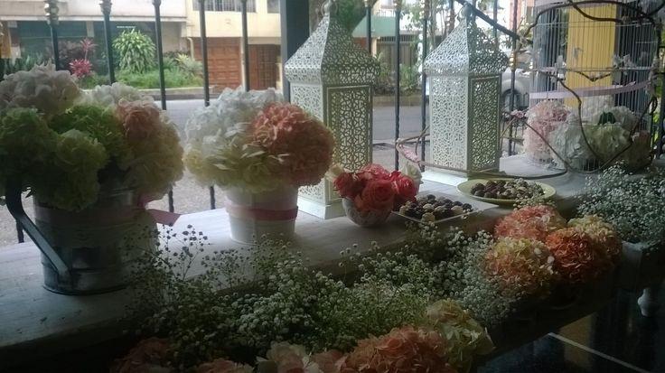 Diseños con arte en fiestas sociales y Primera Comunión personalizadas. Decoración, arreglos florales, mesa y carro de dulces, tarjetas de invitación, recordatorios y sorpresas, empaque de regalos personalizados.