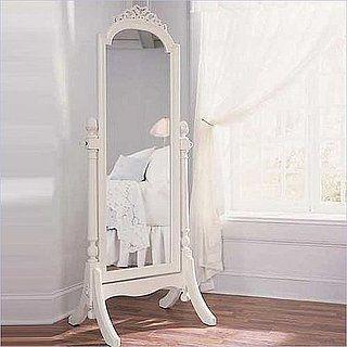 Espelho de corpo inteiro com moldura antiga.