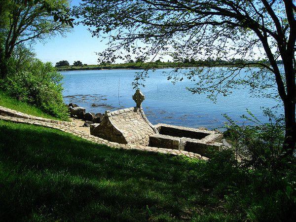 La fontaine de Saint-Cado se situe face à la rivière (ou aber) d'Etel, sur le rivage de l'île au pied de la chapelle Saint-Cado .