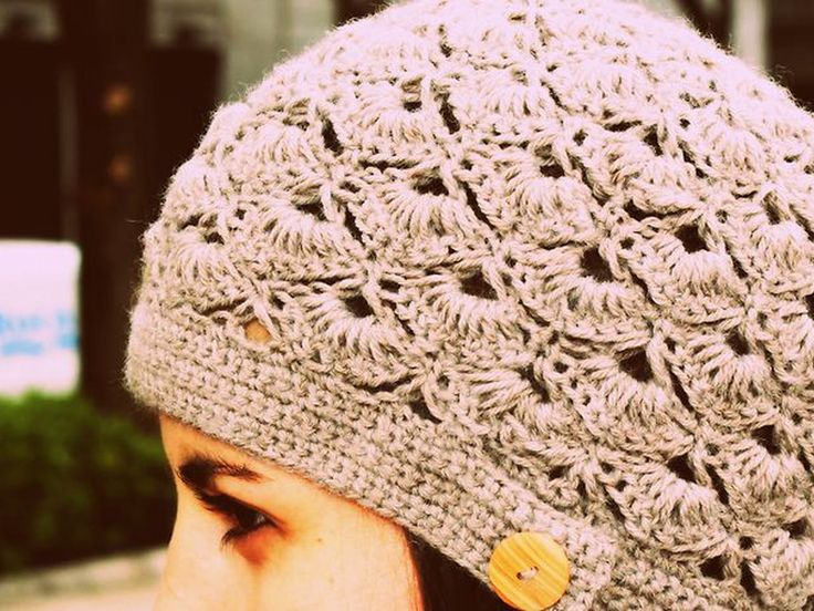 Aprende a tejer este gorro super lindo y femenino a crochet o ganchillo. Te enseñamos paso a paso este tejido de abanicos que seguro te gustará.