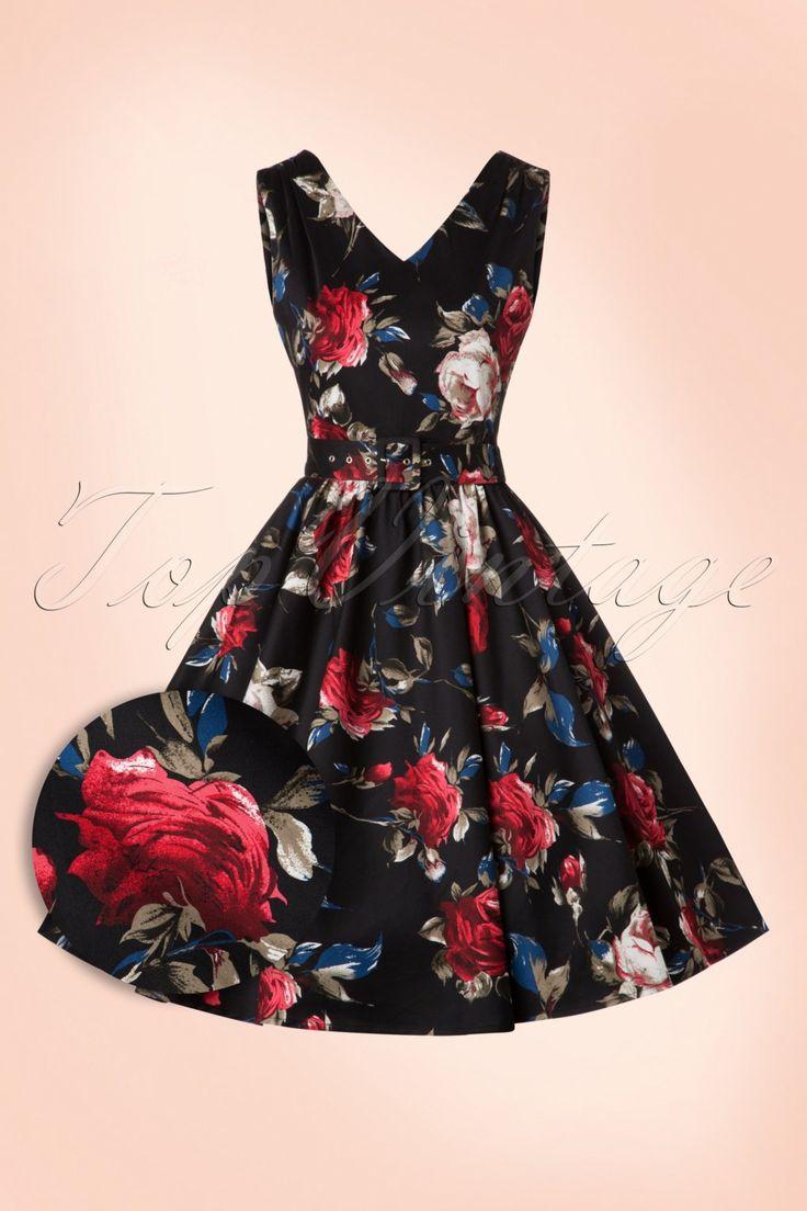 Deze50s Petal Roses Swing Dress ademt elegantie!  Deze classy jurk heeft een prachtige aansluitende top en loopt vanaf de taille uit in een volle swing rok voor een mooi vrouwelijk silhouet, oh la la. Uitgevoerd in een luchtige, licht stretchy, zwarte katoenmix met een adembenemend mooie print van rode rozen met subtiele donkerblauwe en witte accenten. Match met zwart lak voor een sophisticated look, très chique!   V-halslijn aan de voorzijde V-halslijn aan de a...