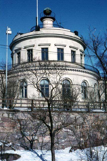 Vartiovuoren mäelle rakennettiin 1817-1819 Turun Akatemian observatorio (arkk. C.L. Engel). Rakennus toimi observatoriona 12 vuotta. Rakennuksessa toimi 1836-1967 Turun merenkulkukoulu.Tähtitorni kunnostettiin merenkulkumuseon ja tähtitieteellisten kokoelmien käyttöön 1978-1985.  Kuva: MV/RHO 6300