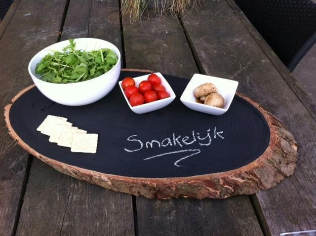 Serveerplank van boomstam met schoolbordverf