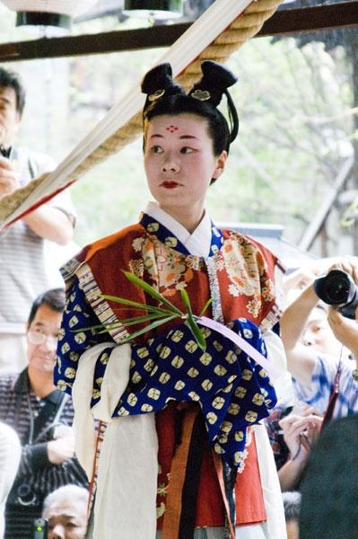 双顶髻、高顶髻:日本奈良时代妇女中流行结顶髻之风。她们将长发卷至头顶。分卷成两个髻的称双顶髻,卷成一个髻的称高顶髻。这种发式很可能是上流社会妇女及宫女们的发型。more nara period