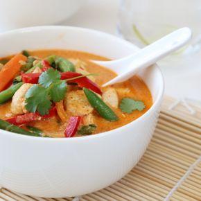 THAISUPPE MED KYLLING OG RED CURRY Denne suppen har alt dere liker, den er god på smak, inneholder deilige næringsrike grønnsaker, saftige kyllingbiter, er kjapp og enkel å lage – og ikke minst er den et syn for øyet.