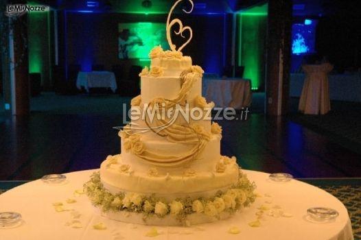 http://www.lemienozze.it/operatori-matrimonio/luoghi_per_il_ricevimento/ricevimento-matrimonio-torino/media/foto/7  Torta nuziale decorata con rose bianche