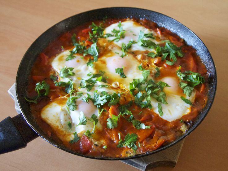 (GP) Shakshuka este originară din Africa de Nord, și este gătită tradițional în Tunisia, Liban, Algeria, Maroc, Egipt, dar este înrudită și cu unele feluri