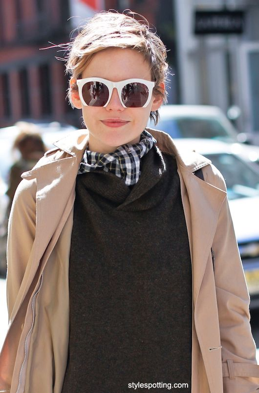 such a doll... and the way the cut-off sunglasses deconstruct her face is quite nice, acomplished