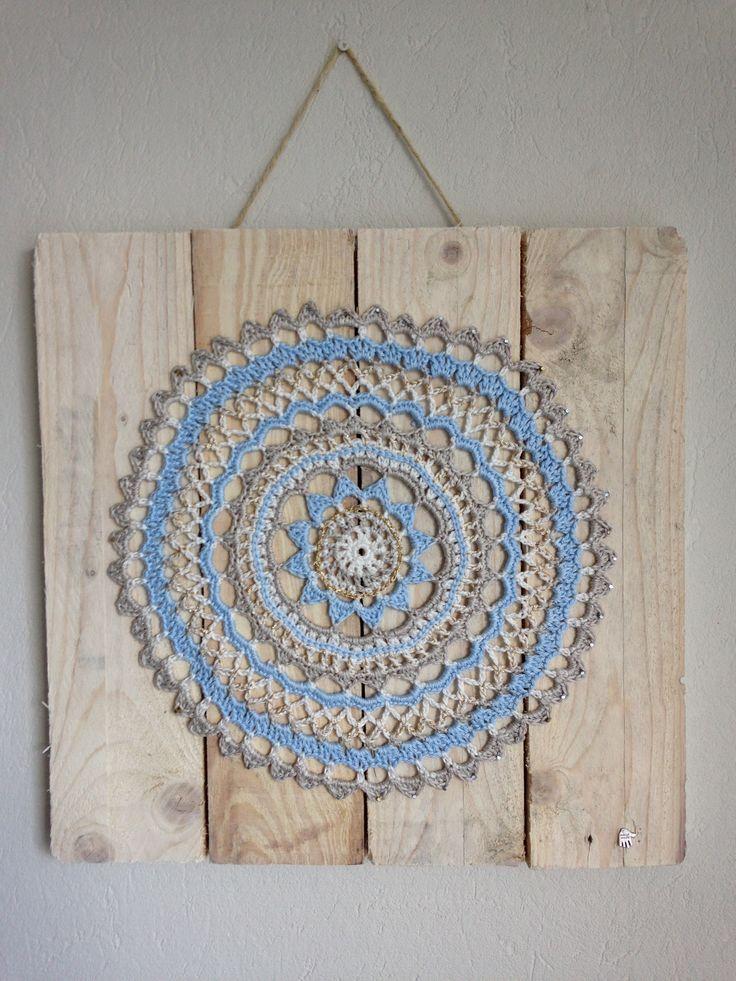 Schilderij met gehaakte Mandala. Hout met whitewash bewerkt.