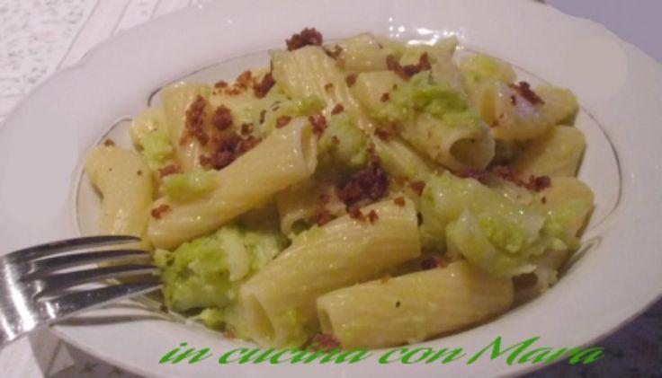 La pasta e broccoli verdi con mollica fritta è un primo piatto tipico della cucina mediterranea. Il sapore viene reso particolare dalla mollica fritta.