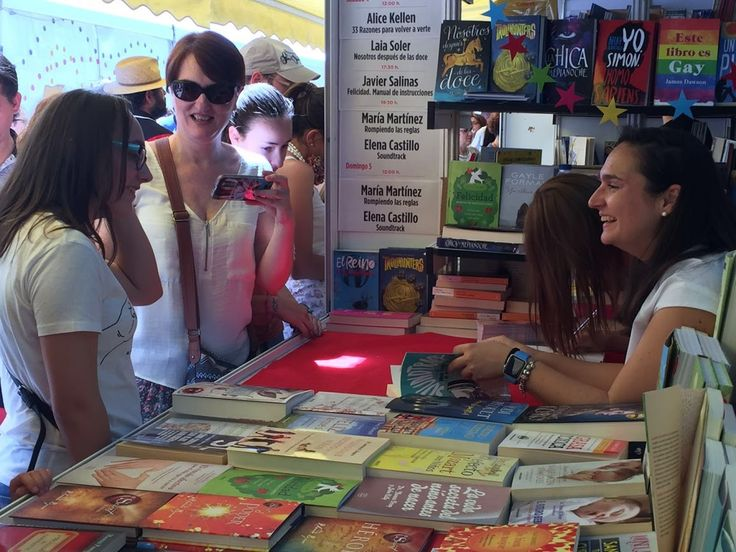 Elena Castillo y María Martínez firmando sus novelas en la Feria del Libro de Madrid 2016