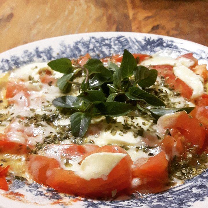 """1,107 curtidas, 43 comentários - LOW CARB BRASIL (@low_carb_br) no Instagram: """"🙆Matando a fome com minha (quase) diária pizza inventada de tomate com 2 queijos!🙅 ➡RECEITA: 🔸Pique…"""""""