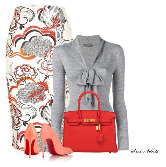 Falda de tubo media pierna blanca con estampado naranja o coral y gris, camiseta de mangas largas gris y tacones coral.