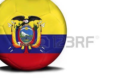 La bandera de Ecuador estaba representada en el balón, la pelota está aislada sobre un fondo blanco con espacio para el texto.