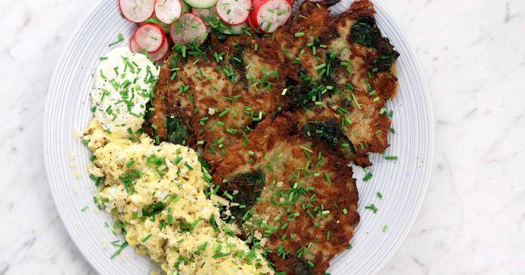 Raggmunkar med färsk spenat i. Servera med snabbpicklade grönsaker samt en krämig äggröra med fänkål och kummin.