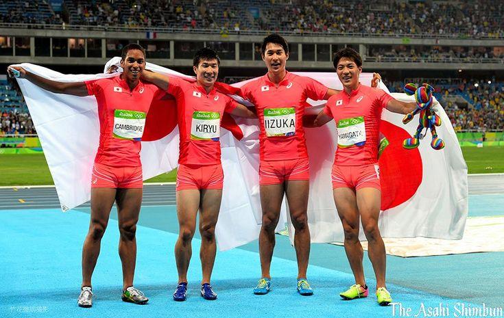 男子400メートルリレーで銀メダルとなり、日の丸を広げる(左から)#ケンブリッジ飛鳥、#桐生祥秀、#飯塚翔太、#山県亮太 の各選手たちです。(達)#Rio2016 #リオ五輪 #陸上