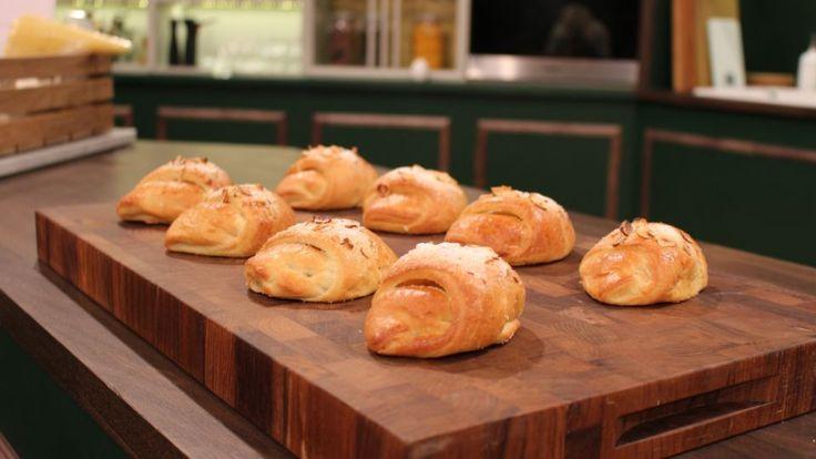 Rabarberhorn er en lækker dansk opskrift af Ole Kristoffersen - Lagkagehuset fra FRIs Bageri, se flere dessert og kage på mad.tv2.dk