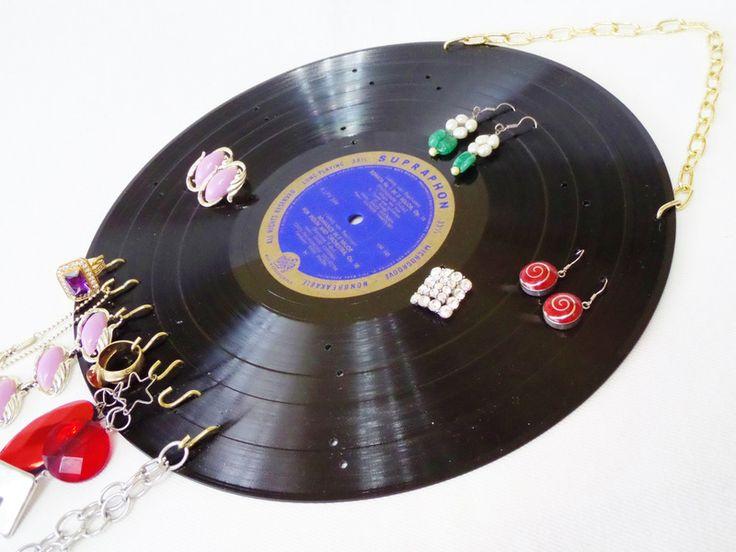 Schallplatte Schmuckhalter Ohrring-Halter Wandrega von VinylKunst Aurum - Schallplatten Upcycling der besonderen ART auf DaWanda.com
