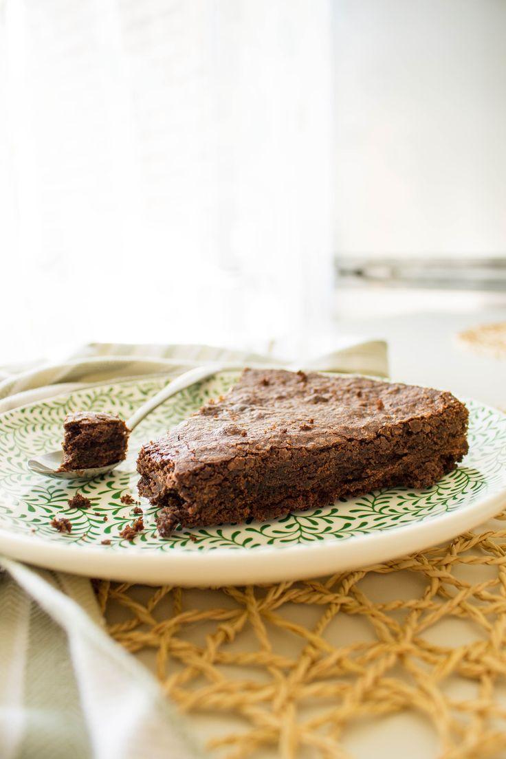 Простой и ОЧЕНЬ шоколадный пирог. Нежный и сочный внутри, с тонкой хрустящей корочкой снаружи. Всего пять ингредиентов!