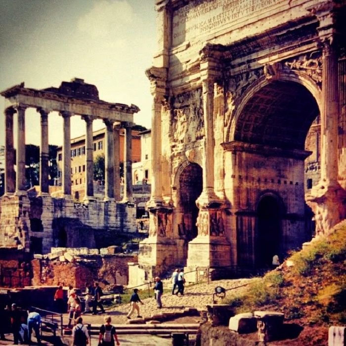 Tämä kuva herättää paljon muistoja. Olen ottanut kuvan Forum Romanumilla lokakuussa vuonna 2001, jolloin matkustin ensimmäisen kerran ikuiseen kaupunkiin, Roomaan. Mitä useammin noita raunioita kat…
