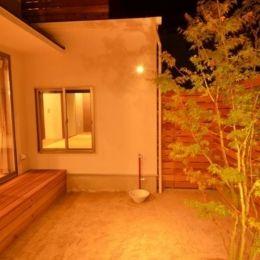 『西条の家』中庭のある家の部屋 中庭-照明が演出する素敵な空間
