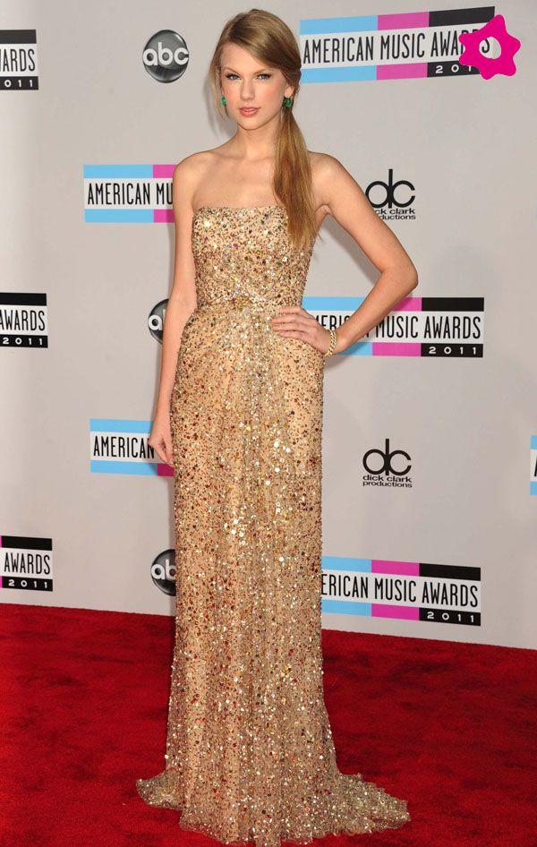 Taylor Swift arrasó con este precioso vestido dorado de lentejuelas de Reem Acra. La combinación con los pendientes verdes es muy acertada.