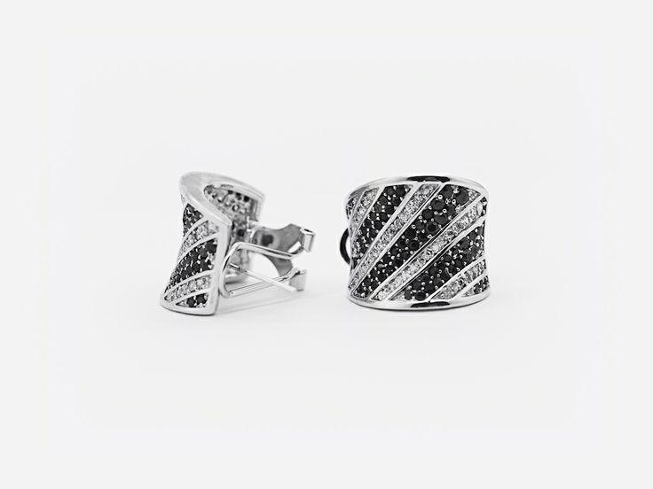 «Лучи света» (Ray of Light) — крупные изогнутые серебряные серьги. Украшены лучевым узором белых и черных циркониевых камней. #jewellery #silver #earrings #bijoux #серебряные #серьги #украшение #цирконий #ювелирные #изделия #fashionkiosk #fk #ювелирный #интернет-магазин