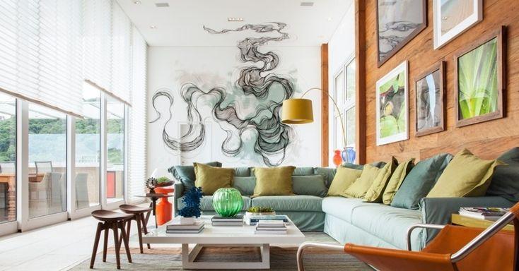 A sala de estar é o cartão de visitas da sua casa. Pode não mostrar seu estilo tão bem quanto outros ambientes mais íntimos, mas é a primeira impressão que fica para os convidados, como na entrada bem iluminada do apartamento desenhado por Ana Yoshida. Veja outras dicas para inspirar a sua sala