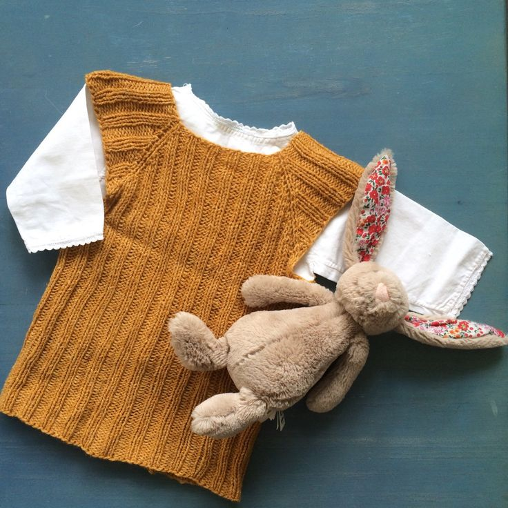 I still got a stack of these pretty French vintage baby shirts! Can't believe how amazing this cutie looks with one of my mums handknitted baby vests😍