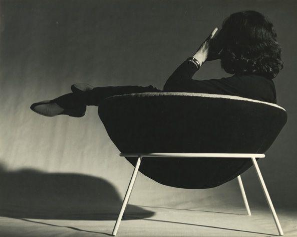 Mobiliario moderno brasileiro Lina Bo Bardi Cadeira Bowl, 1951 concha estofada sobre estrutura metálica, pés palito, assento livre para mover em várias posições.