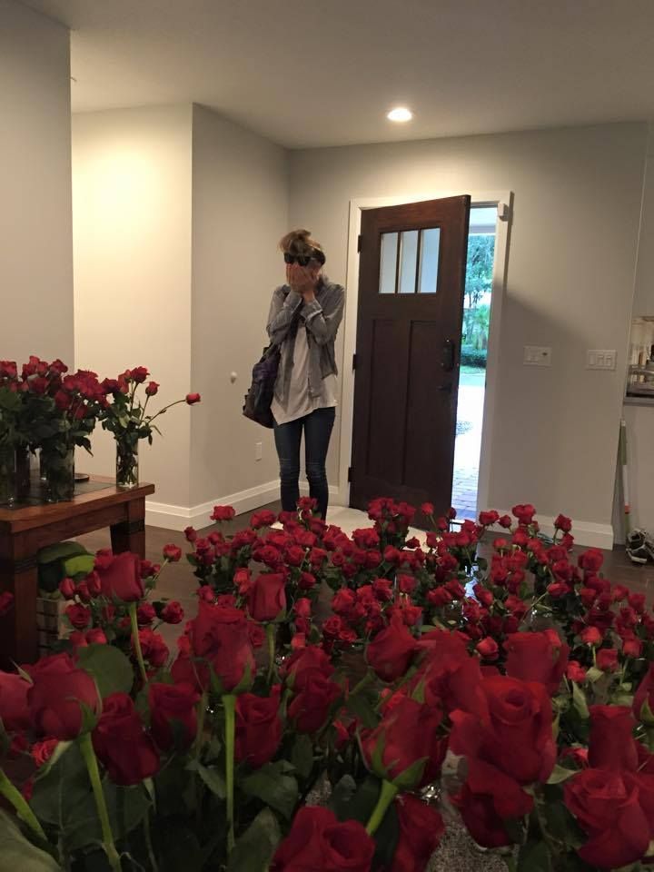 Charles put 1,000 roses in the house to surprise Allie. God I want a boyfriend like him.