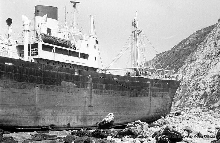 Athen itsasontzi greziarra, hondartuta Galea Lurmuturrean / Buque griego Athen, embarrancado en Punta Galea el 10 de enero de 1974 (Colección Kepa Urkiza) (ref. KU00237)