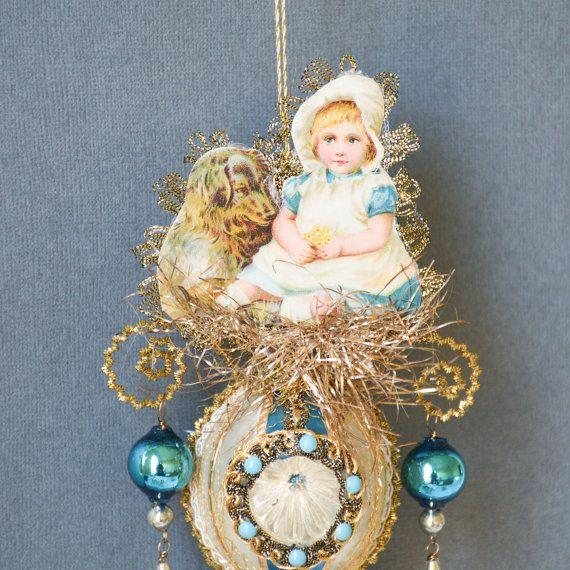 Een paleis van de mooie kleur van wit, goud en blauw maken deze Victoriaanse kerst een opvallen!  We hebben een begin-vintage, un-verzilverd glas inspringing die had een mooie melkwitte oppervlakte en blauwe strepen in het midden en verfraaid met verschillende soorten Dresden trims, evenals vintage weefsel trim-, voor- en achterkant. Spectaculaire rollen in gouden Duitse steifkantille zijn featured op de boven- en onderkant, en zacht wuivende op hen zijn elegante Hangers handgemaakt uit…