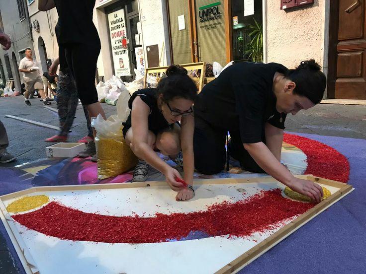 Realizzazione di un tappeto di segatura al Corpus Domini di Camaiore, giugno 2017. Liceo artistico Stagi di Pietrasanta.