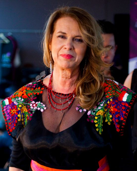 """La diseñadora mexicana Lydia Lavin. """"Cuando  decidí fundar la marca decidí que quería trabajar con las comunidades indígenas y con esos maravillosos textiles que producían. Desde entonces mi misión ha sido rescatar difundir tratar de darles vías de comercializar pero también dotarlos de una metodología para poder cobrar""""."""