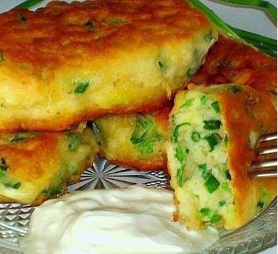 кефир  200 мл  мука 200 г  яйцо  1 шт.  лук зеленый  1 пуч.  сода1/2 ч. л.  соль 1/2 ч. л.  масло растительное  5-6 ст. л. Зеленый лук мелко нарезать. В жирный кефир всыпать соду, размешать Затем добавить соль яйцо  муку. Размешать до однородности. Всыпать зеленый лук и перемешать. Жарить с 2-х сторон в предварительно хорошо нагретом растительном масле на медленном огне. Подавать горячими со сметаной или йогуртом. from Iryna