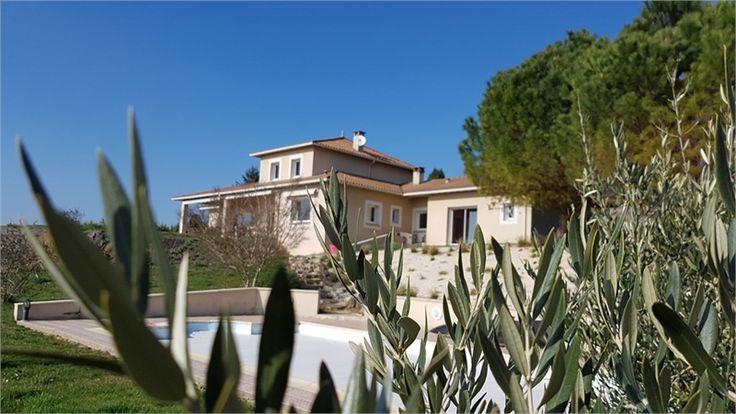 Sur les hauteurs de Cusset en Auvergne, magnifique propriété à vendre chez Capifrance.     > 383 m², 8 pièces dont 4 chambres et un terrain de 1.2 HA.    Plus d'infos > Christine Chabroud-Lebre, conseillère immobilière Capifrance.