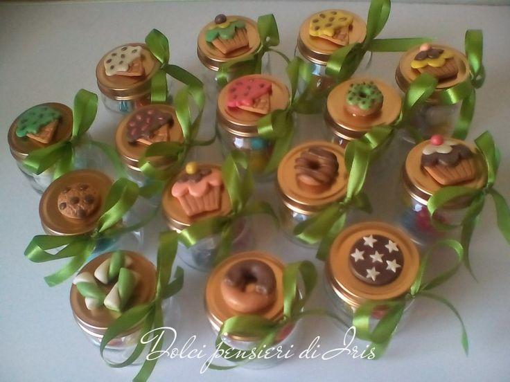 Vasetti di vetro, decorati con dolcetti in pasta di mais