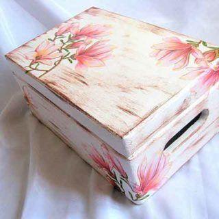 Magnolii pe fundal antichizat, cutie lemn decorata cu magnolii