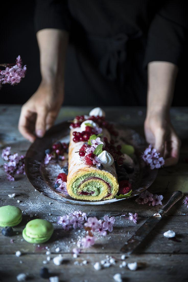 Swiss roll cake con crema al matcha e cioccolato bianco e confettura di lamponi, un dolce d'effetto ma veloce da preparare,
