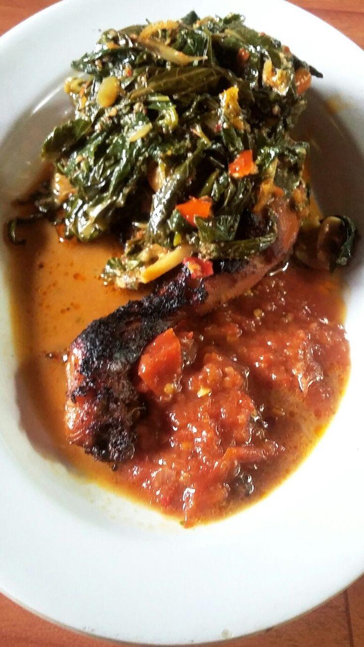 Ayam panggang rica dengan  daun ubi