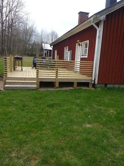 Nybyggd terrass vid en av våra stugor i Småland, stugan går att hyra till din semester i Sverige. Klicka vidare på bilden för att komma direkt till stugan eller gå in på http://sverigestugor.eu för fler fina stugor runt om i Sverige.