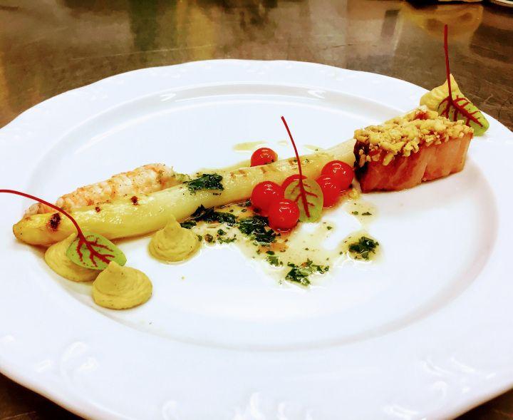 Voorgerecht - Langoustine : gelakt Breydelspek : gegrilde asperge : hummus : koriander