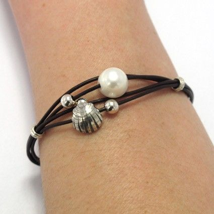 Bracelet silver, pearls, shell and leather. Made of silver 925 and pearls manufactured by hand. Crafts of Galicia. Manufactured in Spain. Tax-free