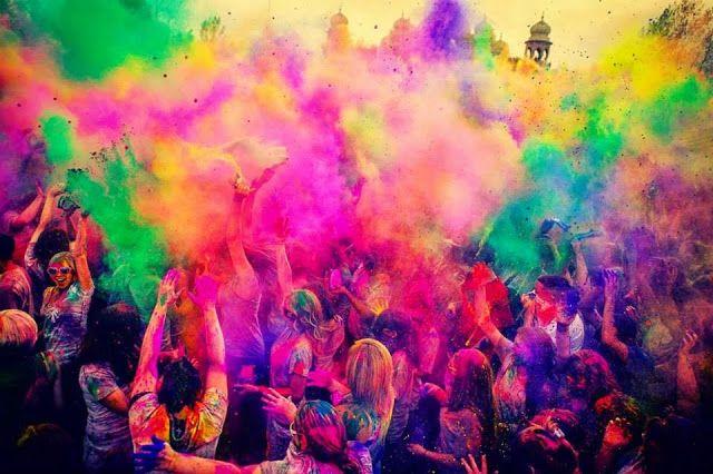 #Plakat prezentujący #festiwal #kolorów i #szaleństwo #barw
