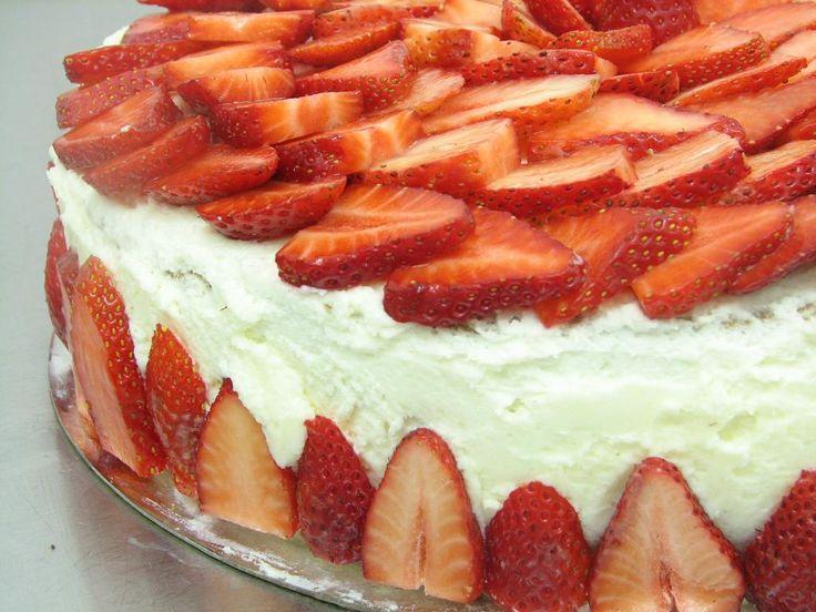 טורט תותים עם קצפת וניל: קצפת וניל, תותים עם, טורט תותים, עוגת תותים, עם קצפת