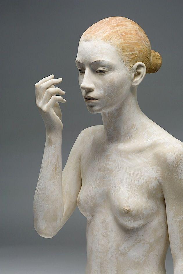 Sind das echte Menschen? Oder steinerne Statuen? Wenn du die Kunstwerke des Südtirolers Bruno Walpoth siehst, kannst du dir absolut nicht sicher sein. In Wahrheit schafft der Bildhauer seine Büsten und Standbilder aus Holz. Birkenholz, um genau zu sein, de
